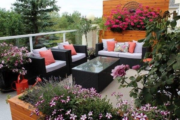 Such a beautiful Balcony Garden <3