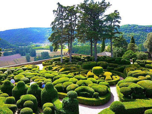 The main attraction of the city Vezak (france) in the Dordogne region is Markizyak Castle and its beautiful gardens. The sculptural landscape around the castle was created in the end of 17th century.