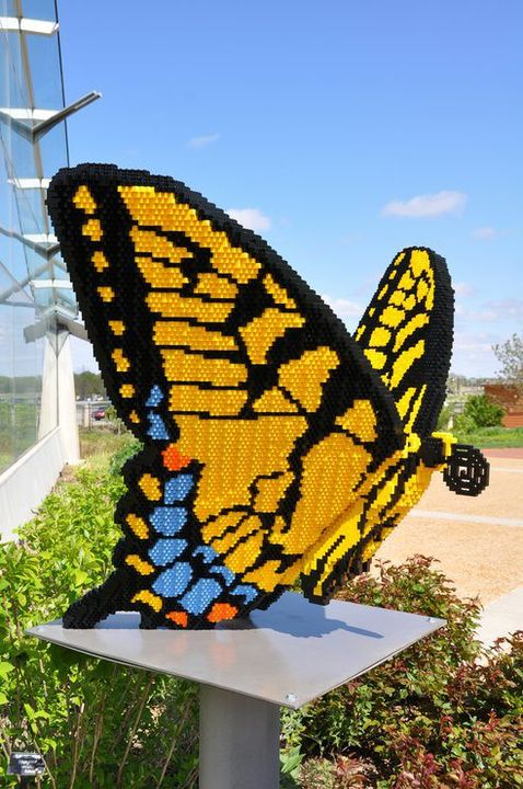 If you were a school kid in the nineties you would most definitely know what LEGO bricks are. Reinman Gardens in Iowa, US, houses 27 amazing sculptures made from LEGO bricks by the artist Sean kenney who specializes in building sculptures from LEGo bricks.