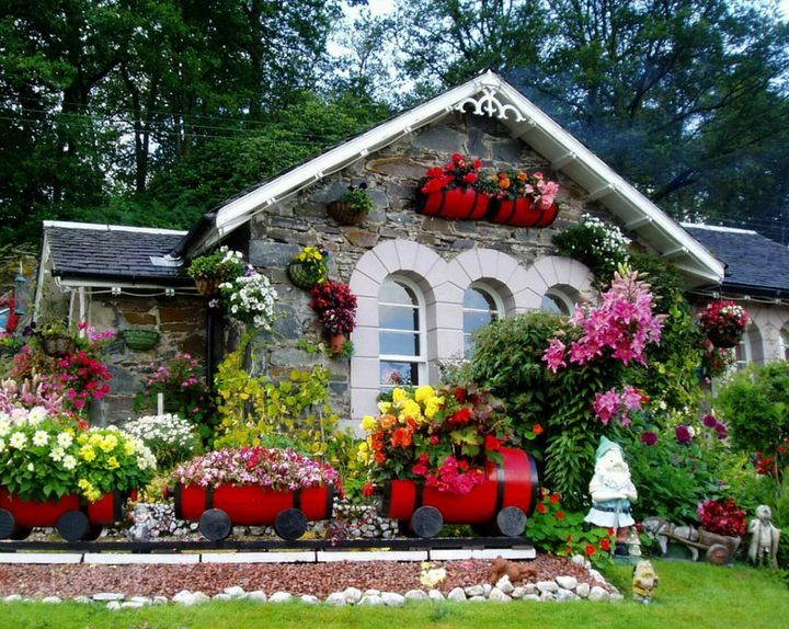 #gardening Great idea to decorate empty space around the house with #flowers <3